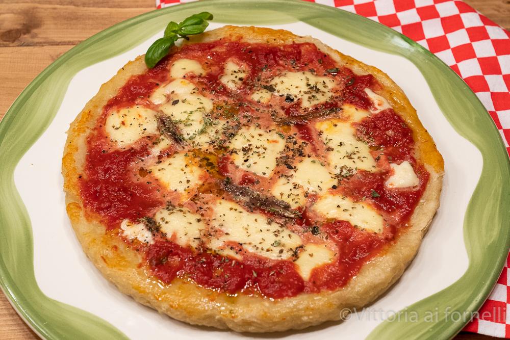 Pizza di patate con mozzarella e pomodoro