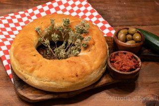 Pane rustico farcito con olive e zucchine i