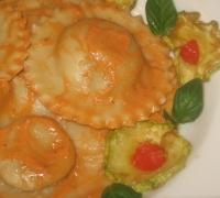 Ravioli di Russello con zucchine fritte, provola e pesto al pomodoro