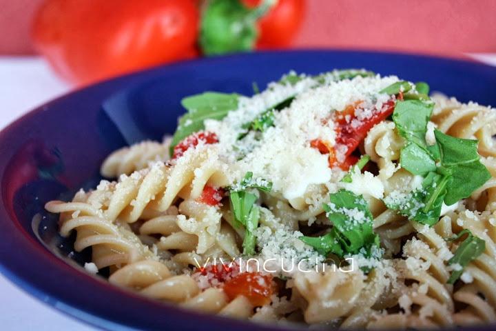 pasta peperoni grigliati mozzarella e rucola
