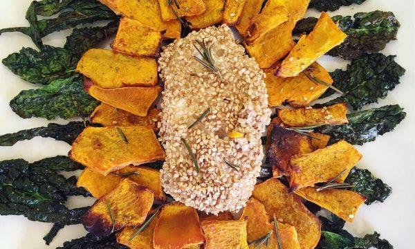 Merluzzo in crosta di sesamo con chips di verdure