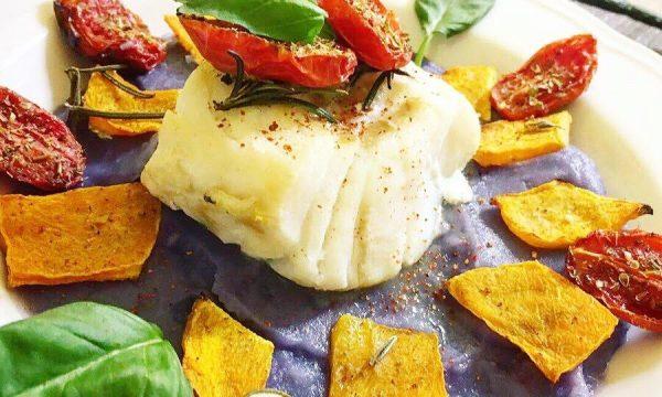 Merluzzo al forno su crema di patate viola zucca e pomodorini