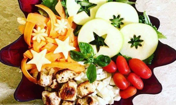 Insalata arcobaleno con pollo mela e noci