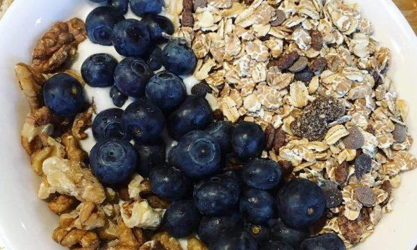 Porridge con mirtilli, noci, cocco e miele
