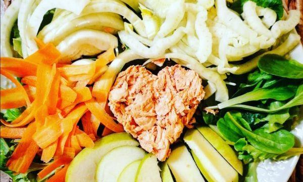 Insalatona di tonno con mele, noci, carote e finocchi