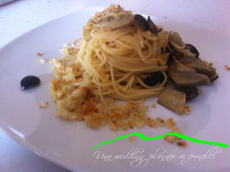 Spaghetti carciofi, olive nere e pane croccante