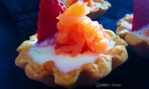 Crostatine al cocco con fragole e salmone