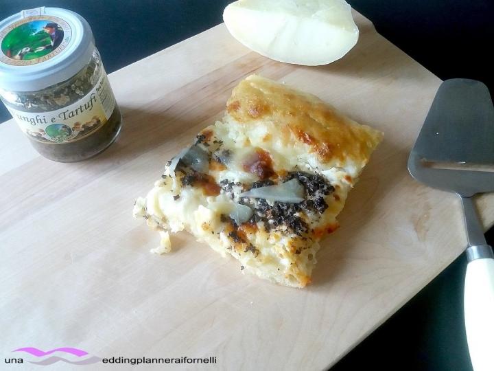 pizza con formaggi, funghi e tartufi