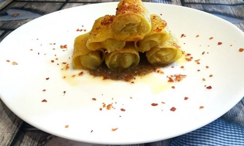 Paccheri ripieni di patate, olio al tartufo e sale rosa su crema ai funghi porcini e tartufo bianco e polvere di speck croccante