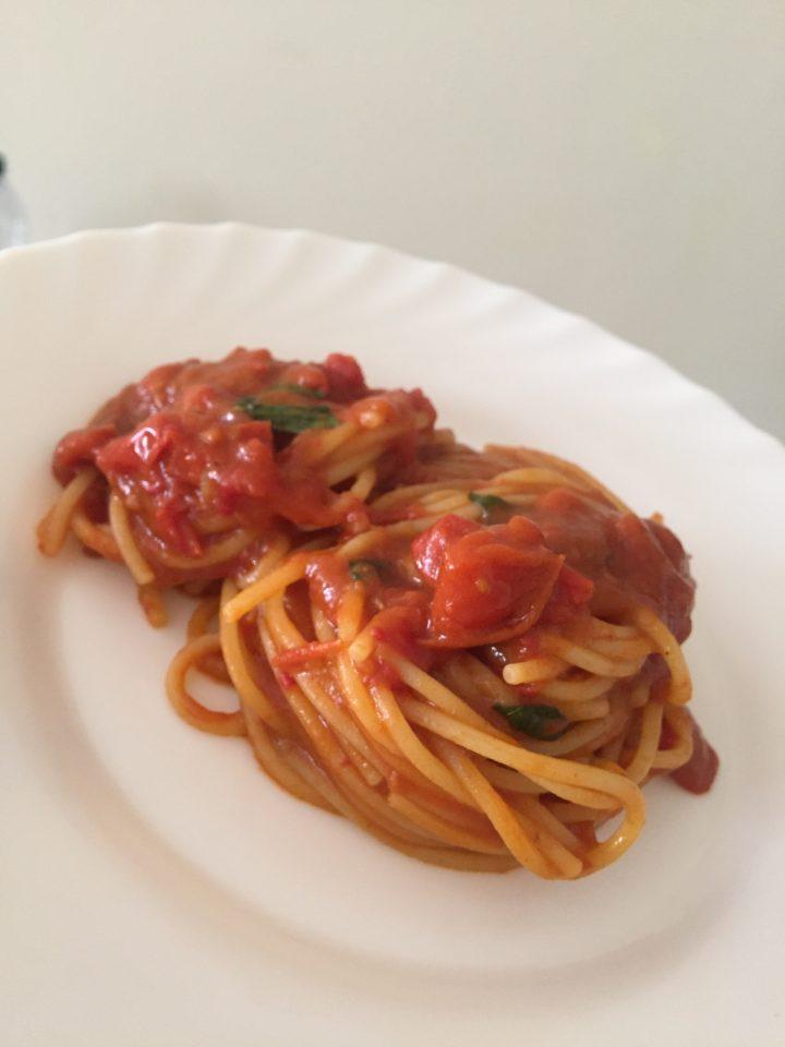 Spaghetti risottati con pomodori e basilico