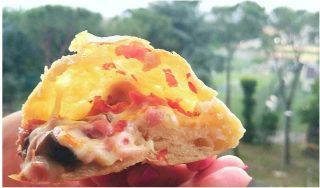 Pizza ripiena con prosciutto, scamorza e funghi.