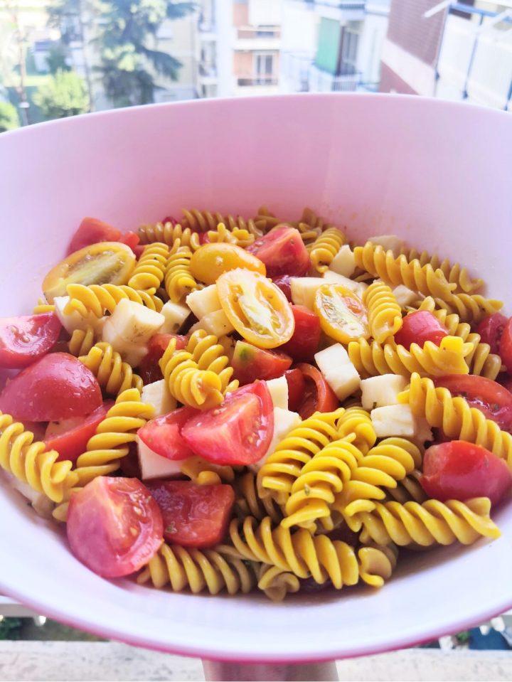 Fusilli alla curcuma con pomodori rossi e gialli, provola ed origano