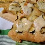 Pizza bianca con zucchine e mozzarella (senza glutine)