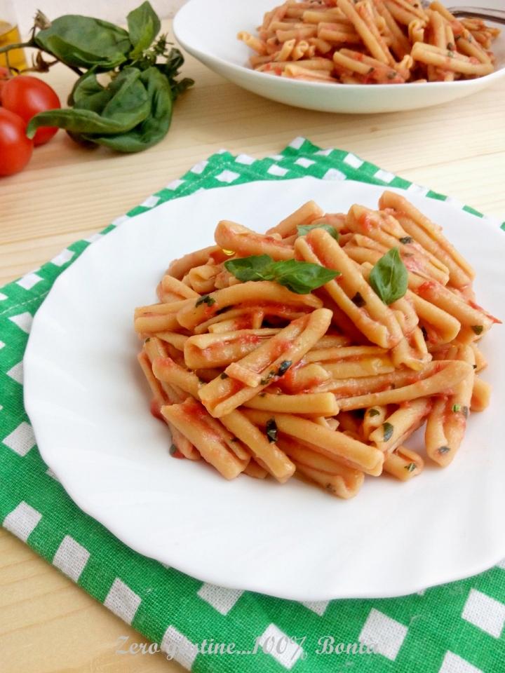 Pasta di ceci con pomodoro fresco e basilico