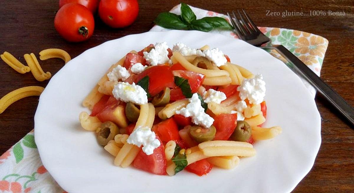 Pasta fredda con fiocchi di latte ,pomodorini e olive