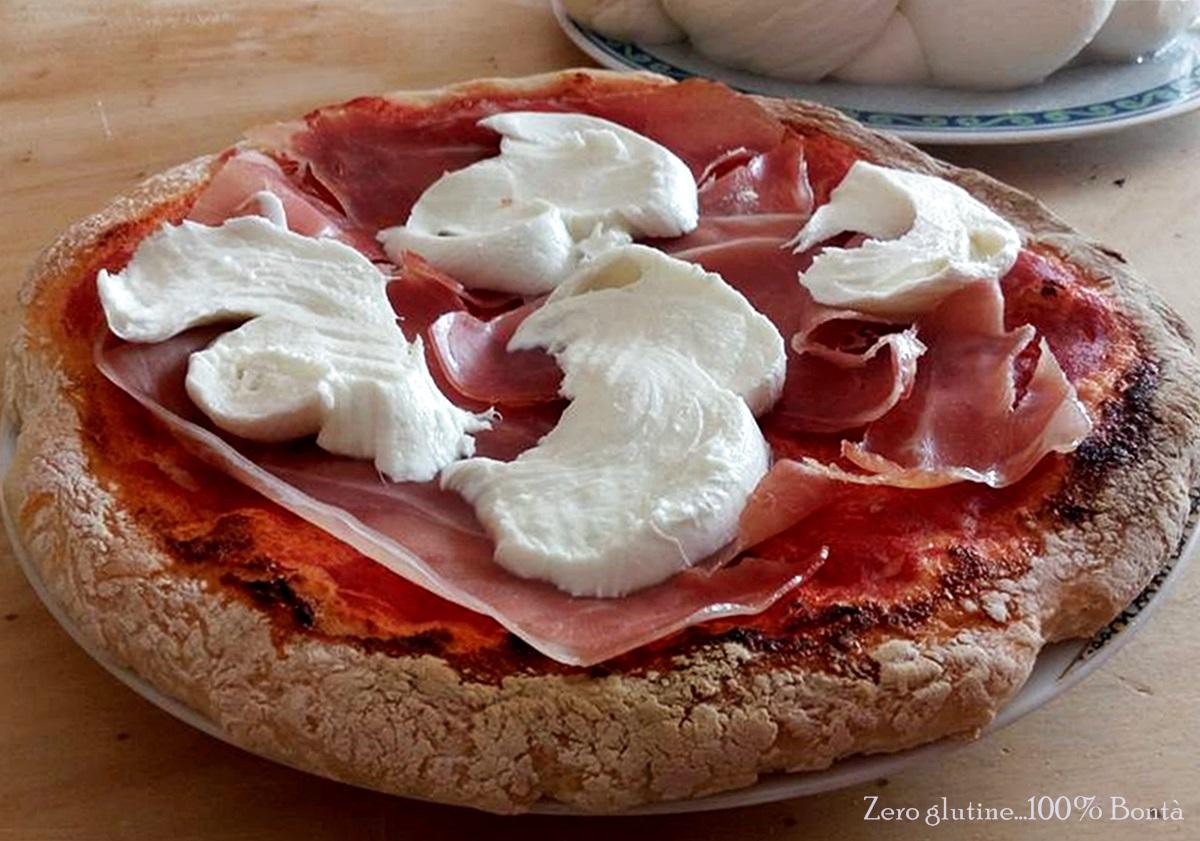 Pizza con mozzarella di bufala e prosciutto crudo