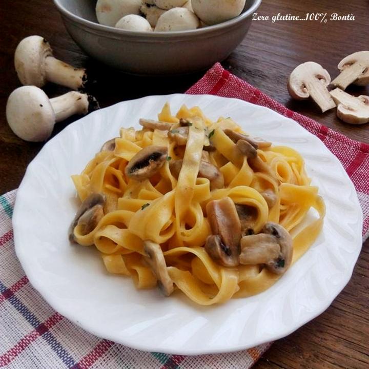 Tagliatelle con funghi e formaggio brie