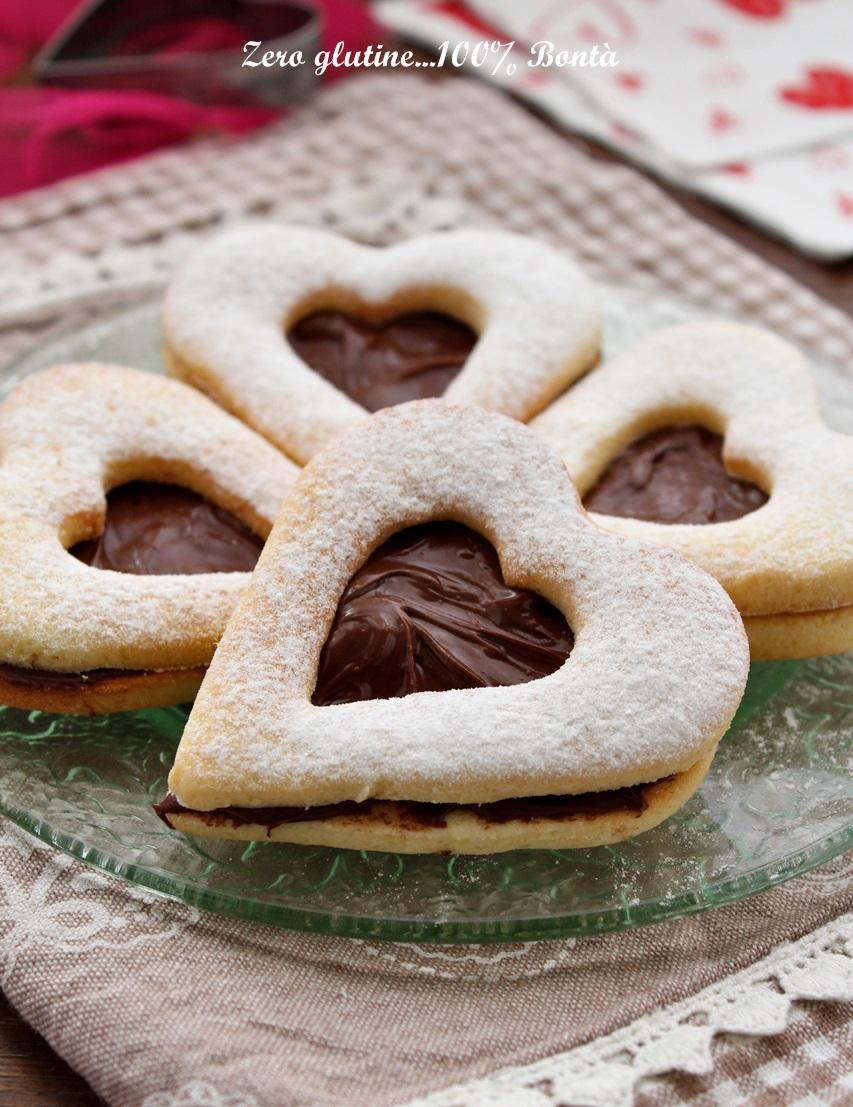 Biscotti a forma di cuore ripieni di nutella