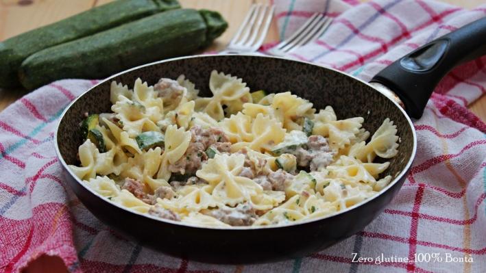 Pasta con zucchine, salsiccia e philadelphia