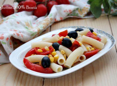 Insalata di pasta con mais , pomodori e olive