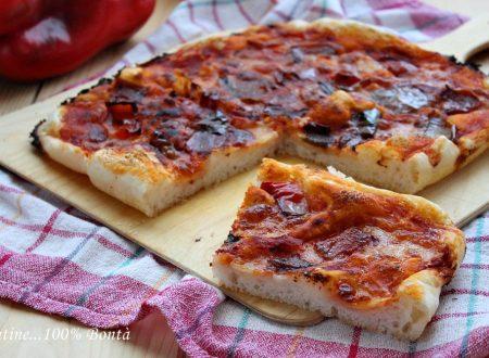 Pizza soffice con peperoni e mozzarella