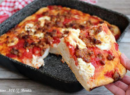 Pizza alta e soffice con salsiccia e burrata