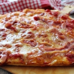 Pizza con prosciutto cotto e mozzarella