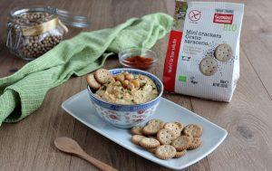 Hummus di ceci con mini crackers saraceno e semi di papavero