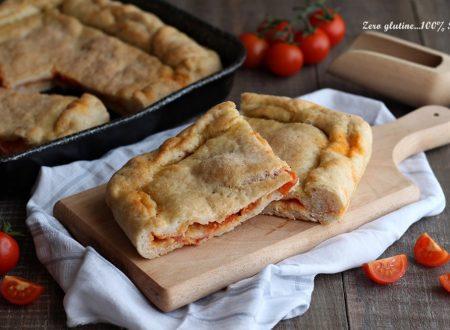 Focaccia ripiena di pomodoro, mozzarella e salame piccante