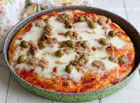 Pizza al pomodoro con mozzarella e tonno