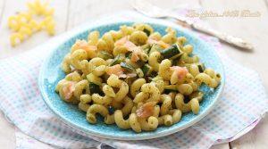 Pasta fredda con zucchine e salmone affumicato