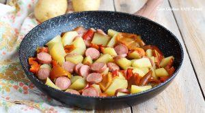 Peperoni, patate e würstel in padella