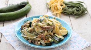 Tagliatelle cremose con salsiccia e zucchine