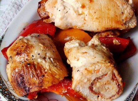 Involtini di pollo con contorno di peperoni