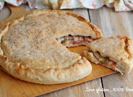 Pizza ripiena al pomodoro, funghi e mozzarella