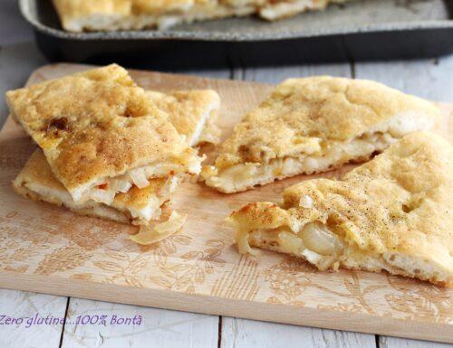 Pizza bianca ripiena di cipolle e alici