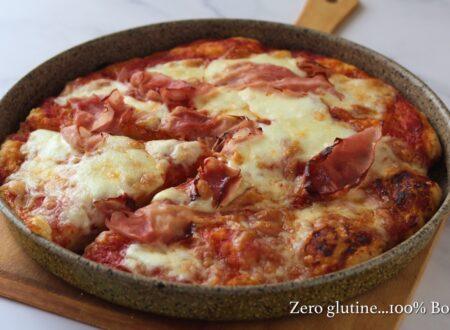 Pizza alta e soffice con pomodoro e mozzarella