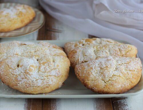 Biscotti mezzelune ripieni di mele