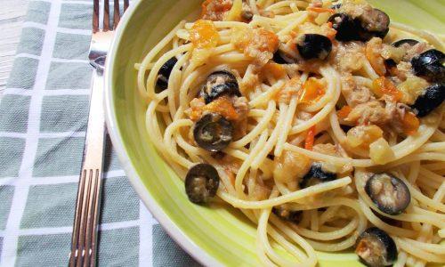 Spaghetti con Pomodorini Gialli Tonno e Olive (Con Colatura di Alici)