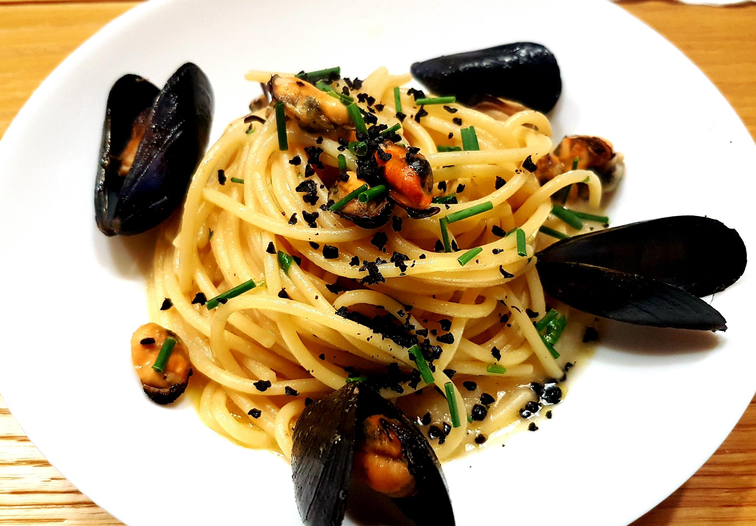 Spaghetti cozze sedano rapa e polvere di olive nere