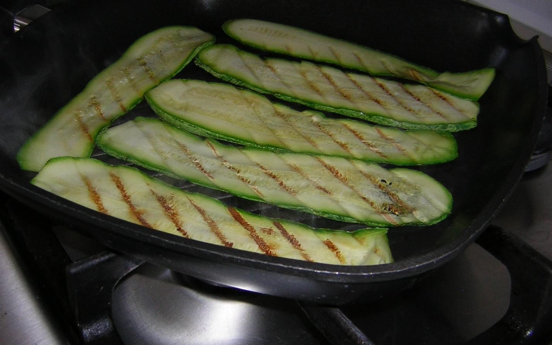 griglia per le zucchine grigliate