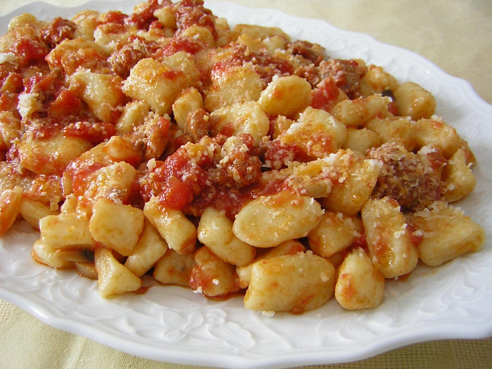 gnocchi di patate al ragù salsiccia e funghi   in cucina con zia lora - Come Cucinare Gli Gnocchi Di Patate