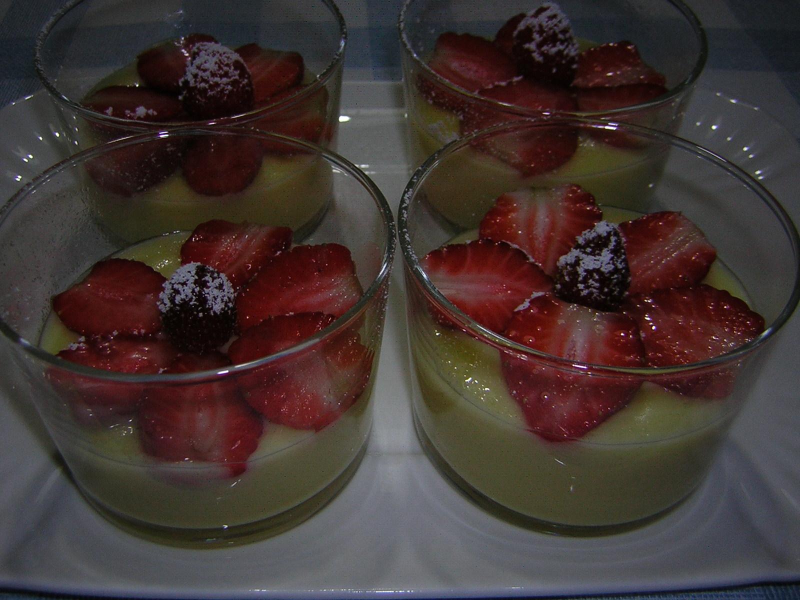 Coppette di crema con fragole