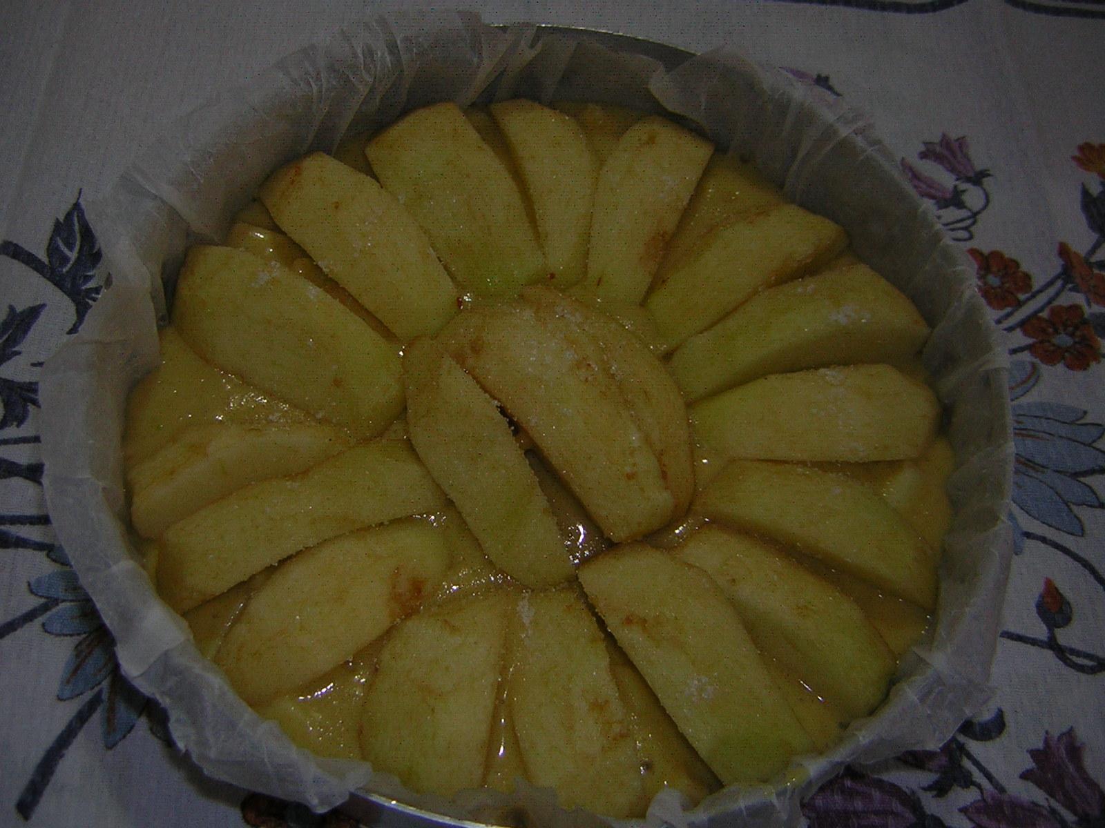 Torta di mele con yogurt e cannella pronta da infornare