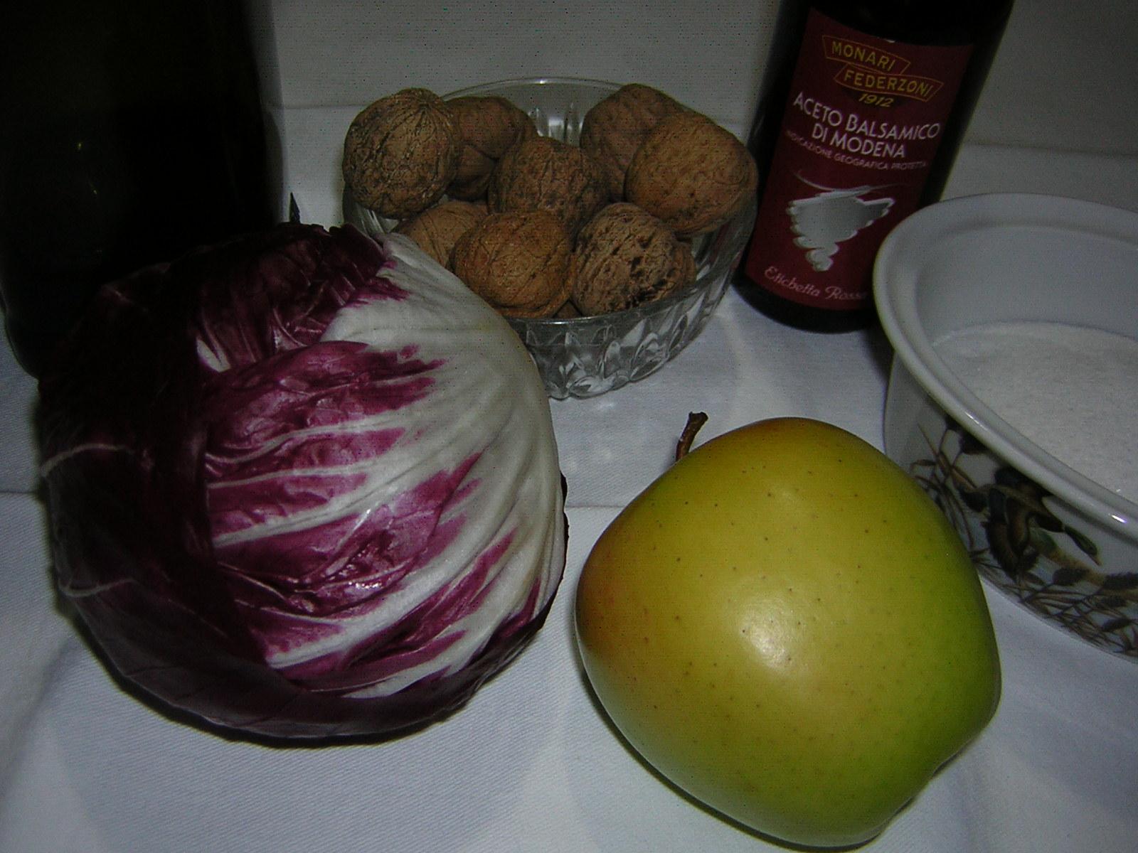 ingredienti dell'insalata radicchio mele e noci