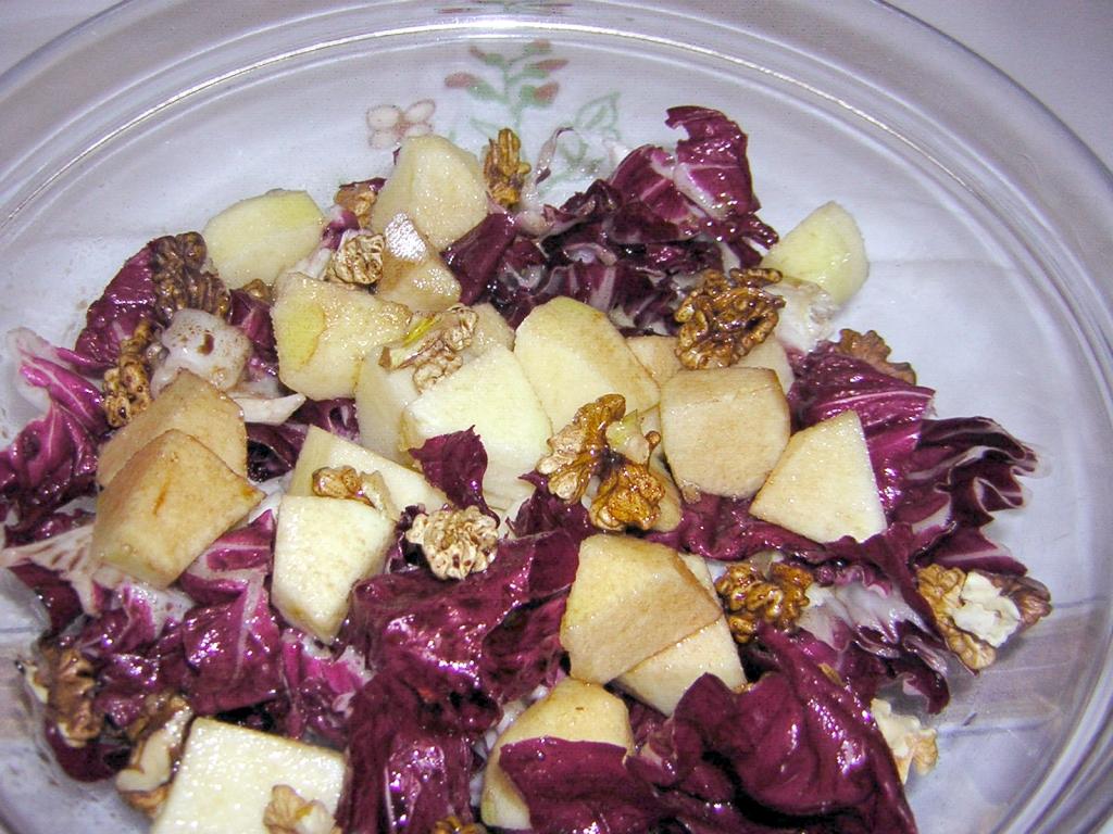 insalata radicchio mele e noci condita