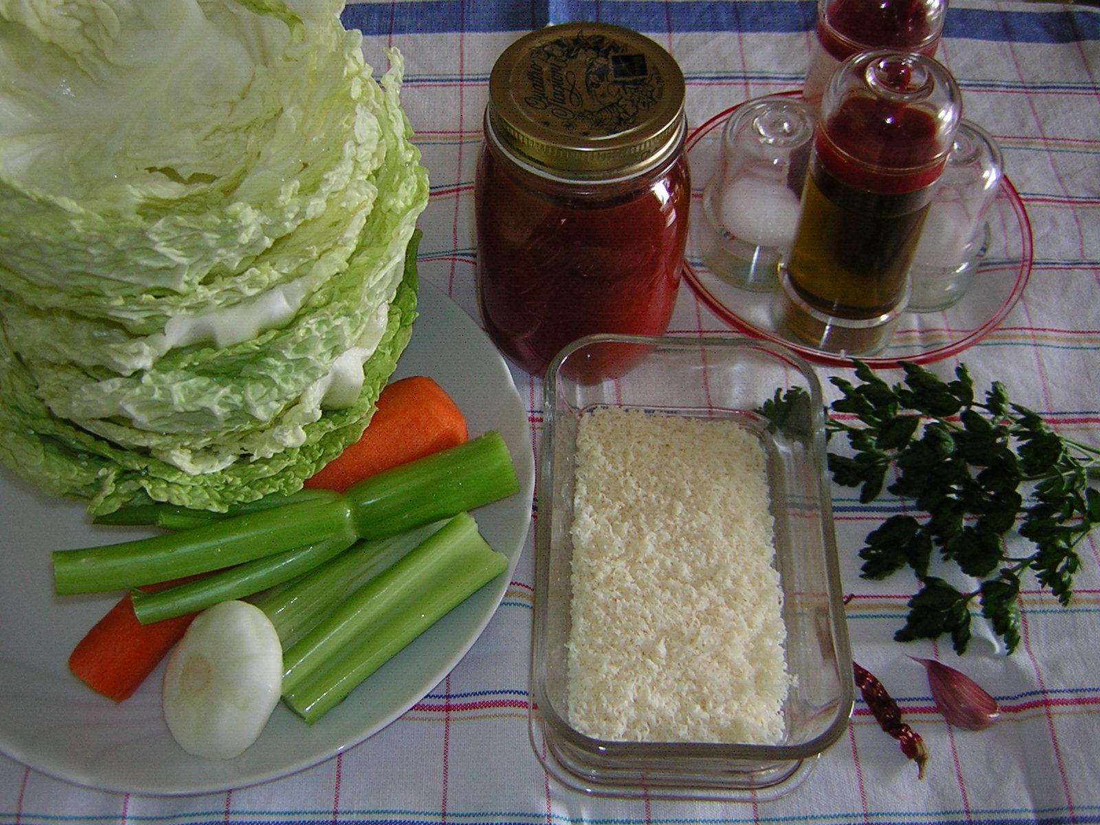 ingredienti per gli involtini di cavolo verza e riso
