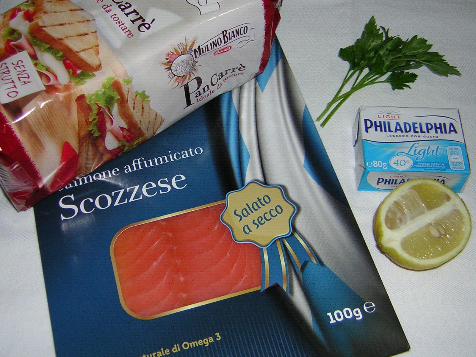 ingredienti per le tartine al salmone affumicato leggere