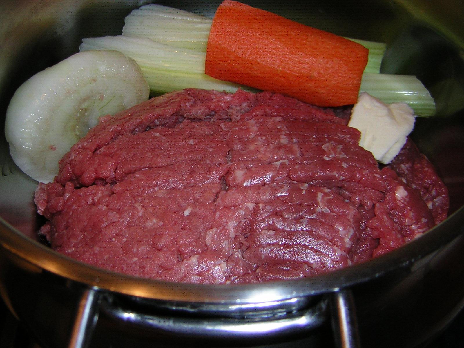 preparazione del ragù per lasagne e cannelloni