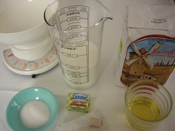 ingredienti dei panini al latte con sesamo da farcire
